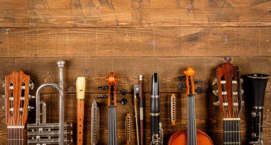 Musikinstrumente Gitarre, Trompete, Flöte usw. /xavier gallego morel, AdobeStock.com