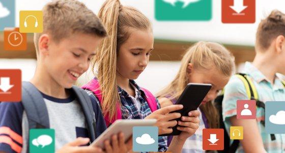 Jugendliche mit Tablets und Handys am Tippen. /Syda Productions, AdobeStock.com