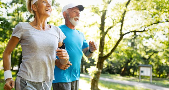 Senioren joggen /nd3000, AdobeStock.com