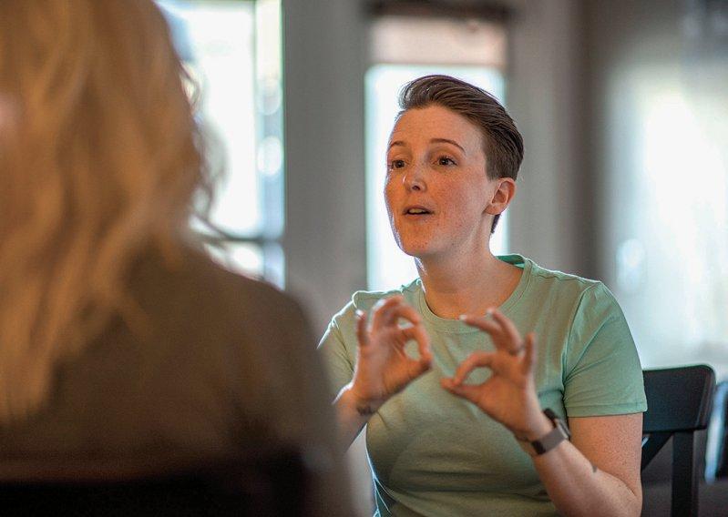Nur 39 Psychotherapeuten bundesweit beherrschen die Gebärdensprache. Foto: FatCamera/iStock