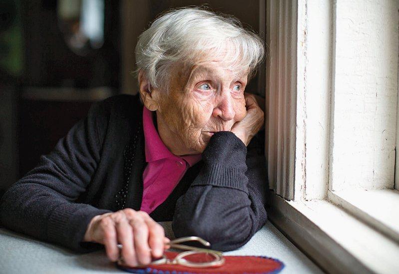Jeder zehnte ältere Mensch über 65 Jahre gibt an, einsam zu sein. Foto: De Visu/stock.adobe.com