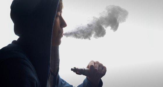 Jungendlicher raucht eien E-Zigarette. /Himchenko, AdobeStock.com