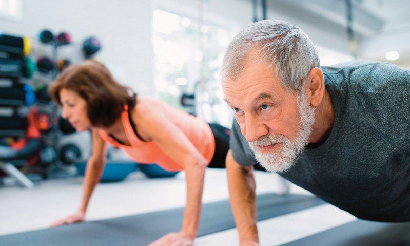 Eine Kombination aus Krafttraining und regelmäßigem Ausdauersport gilt als optimal zur Prävention von Krankheiten – auch und insbesondere zur Diabetesprävention sowie für ältere Menschen, die damit dem Muskelschwund vorbeugen können. Foto: Halfpoint/stock.adobe.com