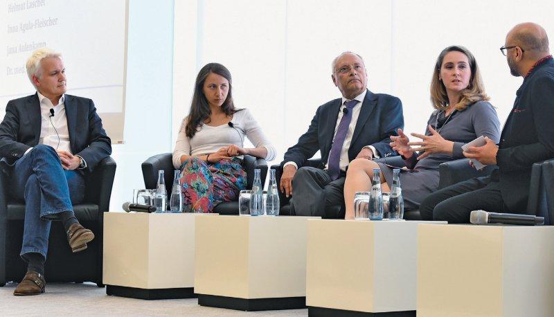 Diskussion zur Kommerzialisierung: Thorsten Kehe, Jana Aulenkamp, Helmut Laschet, Inna Agula- Fleischer, Pedram Emami (von links)