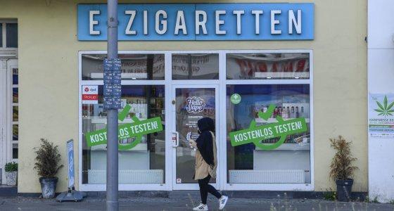 """Geschaeft für E-Zigaretten in Schöneberg, Berlin, wirbt mit """"kostenlos testen"""". /picture alliance"""