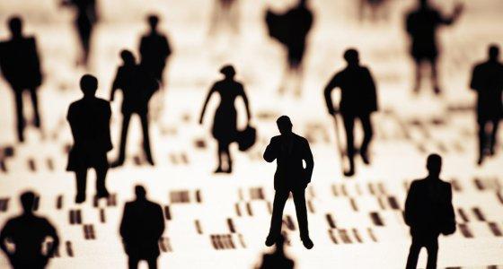 Eine Gruppe Menschen auf einem DNA Profil, Fotograf: Klaus Ohlenschläger /dpa