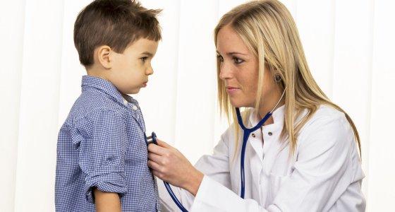 Ärztin untersucht das Herz einen Jungen. /Gina Sanders, adobe.stock.com