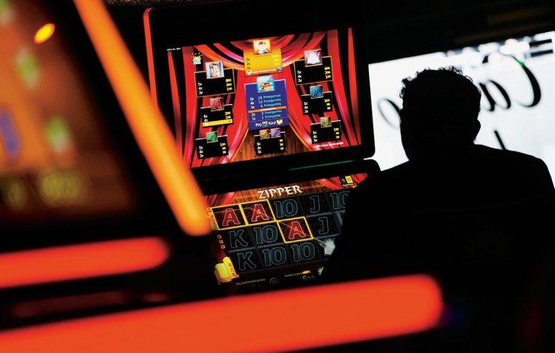 Spielautomaten in Gaststätten sollten so gesichert werden, dass niemand ohne Alterskontrolle spielen kann. Foto: picture alliance
