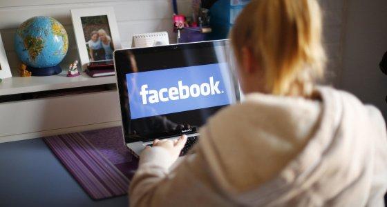 Junges Mädchen nutzt Facebook /dpa