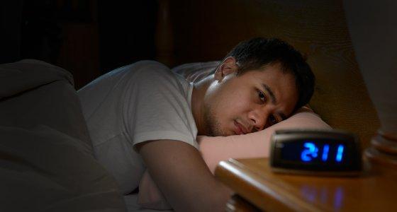 Mann wacht in der Nacht auf, Schlafstörung /amenic181, stock.adobe.com