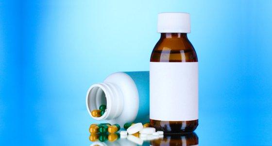 Kombination von Tabletten und Medizin/Africa Studio, adobe.stock.com