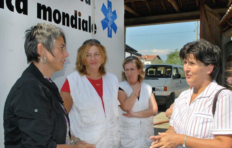 Besuch im Kosovo: Monika Hauser (links) im Gespräch mit Mitarbeiterinnen der gynäkologischen Ambulanz von medica mondiale. Foto: Stefanie Keienburg/medica mondiale.