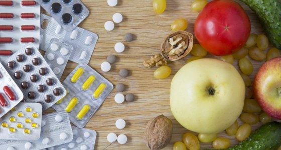 Vitamine als Tabletten und Obst /grigorylugovoy, adobe.stock.com