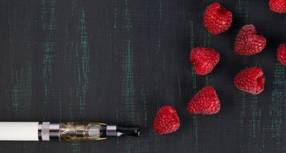 E-Zigarette mit Himbeeren /kurgu128, stock.adobe.com