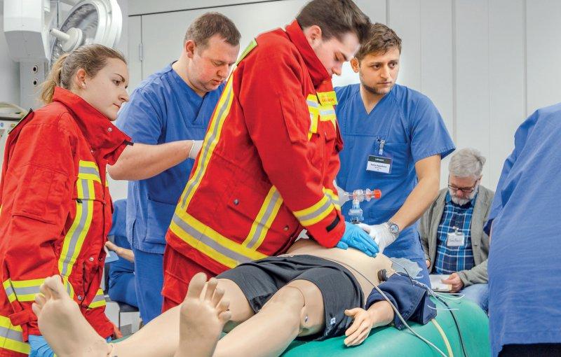 Interdisziplinäres Lernen und gegenseitiges Feedback: In Berlin trainieren Medizinstudierende, Auszubildende der Feuerwehr und Notfallpflegekräfte in einem Simulationsprojekt gemeinsam. Foto:Mareen Machner,Wiebke Peitz