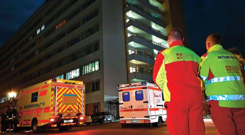 Im Verlauf der ersten Nacht des Stromausfalls mussten Patienten von der Intensivstation evakuiert werden. Foto: dpa
