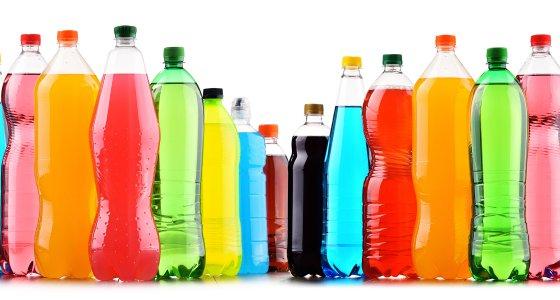 Limonaden in vielen Farben in Plastikflaschen. /monticellllo, stock.adobe.com