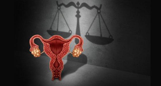 Gebärmutter vor der Waage der Gerechtigkeit /freshidea, stock.adobe.com