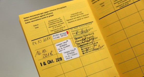 Impfausweis mit dem Eintrag für die gerade erfolgte Grippeschutzimpfung /picture alliance