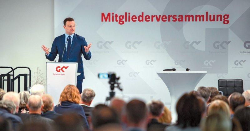 Minister Jens Spahn vor den Vertretern der Krankenkassen: Diskussion in der Höhle des Löwen. Foto picture alliance/Gregor Fischer/dpa