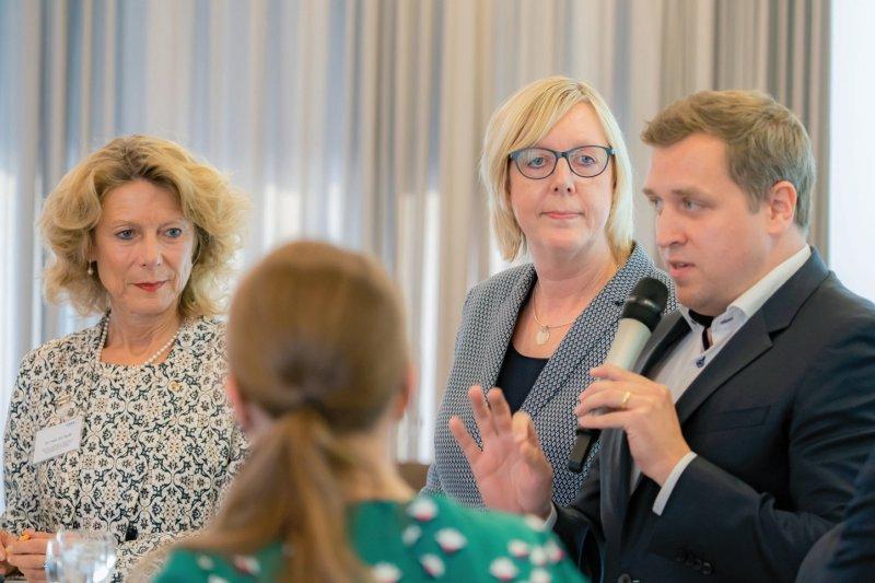 """""""Schafft die Digitalisierung die Psychotherapeuten ab?"""", wurden Iris Hauth (links), Ulrike Elsner (Mitte) und Gottfried Ludewig gefragt. Fotos: Georg J. Lopata"""