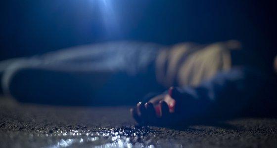 Verunglücktes Unfallopfer liegt auf der Starße. /motortion, stock.Adobe.com