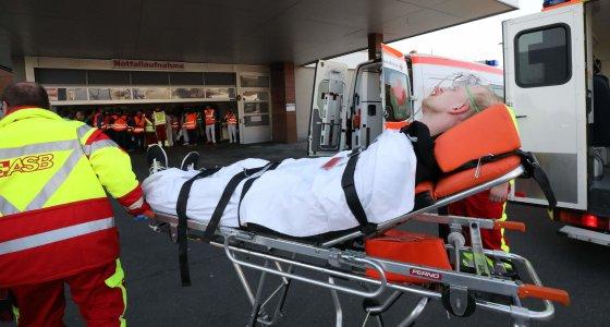 Bei einer Übung versorgen Ärzte und Sanitäter beim SRH Zentralklinikum einen Darsteller, der nach einem Unfall im Tunnel einen Verletzten mimt. /picture alliance