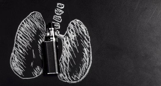 E-Zigarette vor einer schematisch gezeichneten Lunge. /alesmunt, Stock.adobe.com