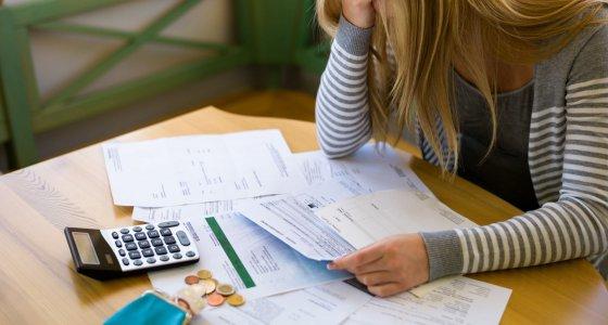Frau mit Schulden und Rechnungen /Gina Sanders, stock.adobe.com
