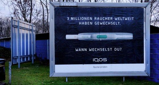 Außenwerbung für den Tabakerhitzer IQOS /Eberhard Hahne