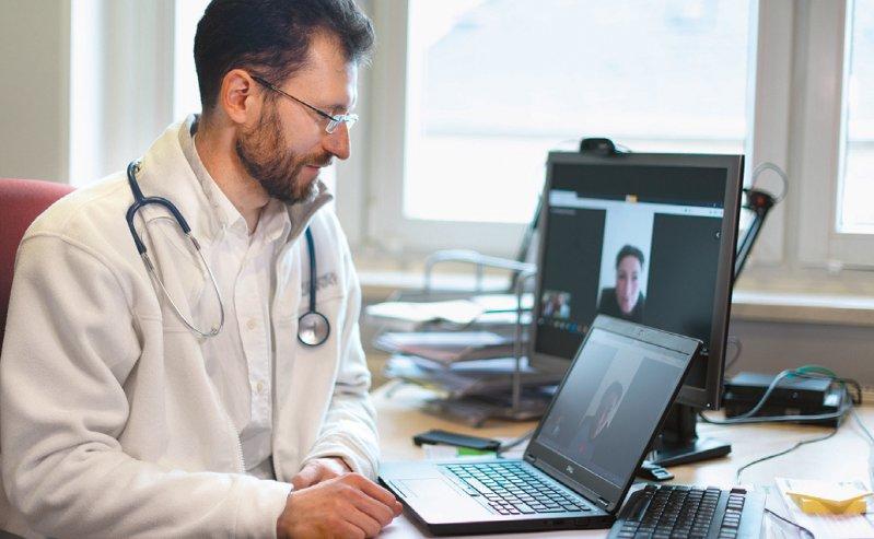 Ärzte und Psychotherapeuten sollen die Videosprechstunde einfacher in den Praxisalltag integrieren können. Foto: dpa