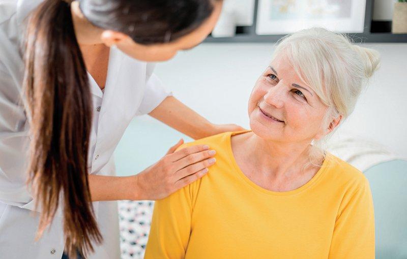 Die Gemeindeschwester soll ältere Menschen zu Hause besuchen und sich ein Bild von der Versorgungssituation verschaffen. Foto: leszekglasner/stock.adobe.com