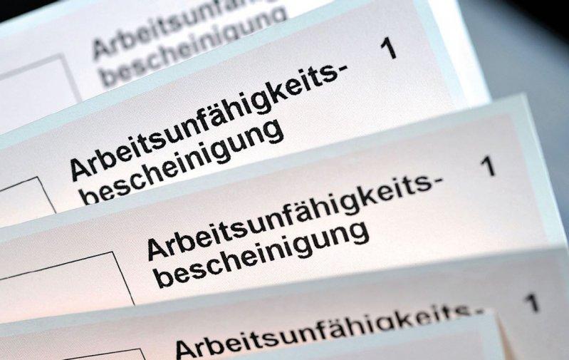 Die Arbeitsunfähigkeitsbescheinigung auf Papier sieht der Gesetzgeber weiterhin vor. Foto: nmann77/stock.adobe.com