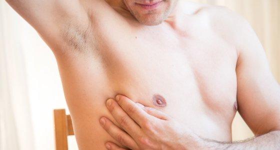 Ein Mann untersucht am 19.05.2017 in Berlin seine Brust (gestellte Szene). Foto: Christin Klose