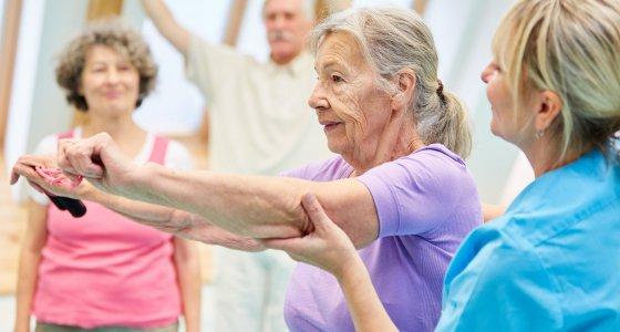 Ältere Frau macht Gymnastikübungen mit Hilfe einer Physiotherapeutin. /Robert Kneschke, stock.adobe.com