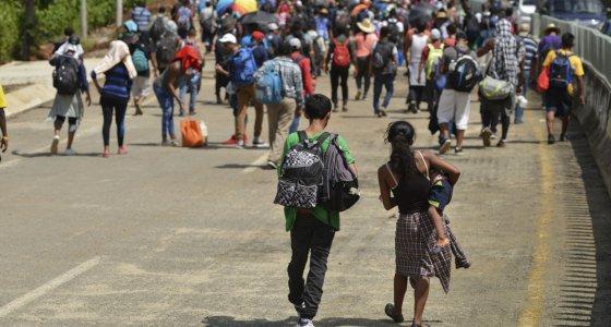 Migranten gehen den Highway 200 entlang auf dem Weg nach Huixtla bei Tapachula, Mexiko. Die Migranten aus Afrika, Kuba, Haiti oder anderen mittelamerikanischen Ländern brechen am frühen Morgen zu Fuß von Tapachula bis zur Südgrenze der Vereinigten Staaten auf. /picture alliance