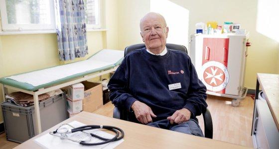 Christian von Wissmann, ehrenamtlicher Regionalarzt der Johanniter Berlin, sitzt ein Tag vor dem Start der K