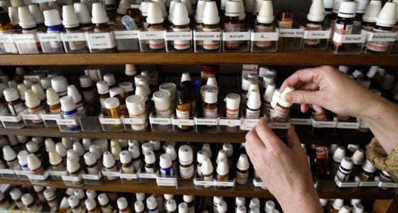 Blick in einen Schrank auf Fläschchen mit homöopathischen Präparaten in der Praxis einer Heilpraktikerin. /picture alliance