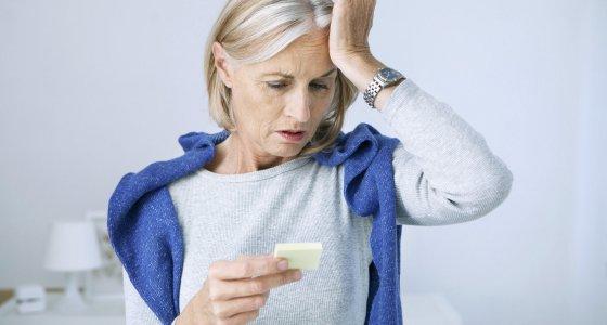 Ältere Frau fasst sich an den Kopf, weil sie sich nicht erinnern kann. /RFBSIP, stock.adobe.com