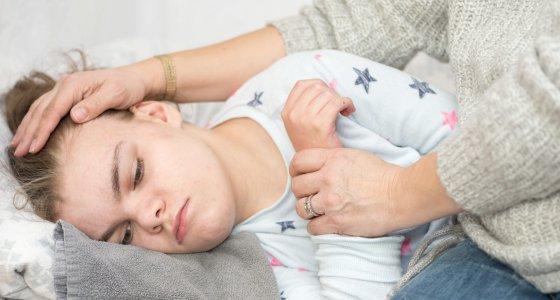 Ein Kind mit Epilepsie während eines Anfalls. /mjowra stock.adobe.com
