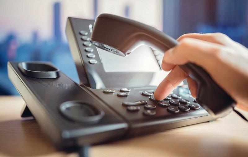 Kontrolle per Telefon: Mitarbeiter der Gesundheitsämter spüren Kontakte von Coronainfizierten auf und fragen die Symptome von Personen unter Quarantäne ab. Foto: BrianAJackson/iStock