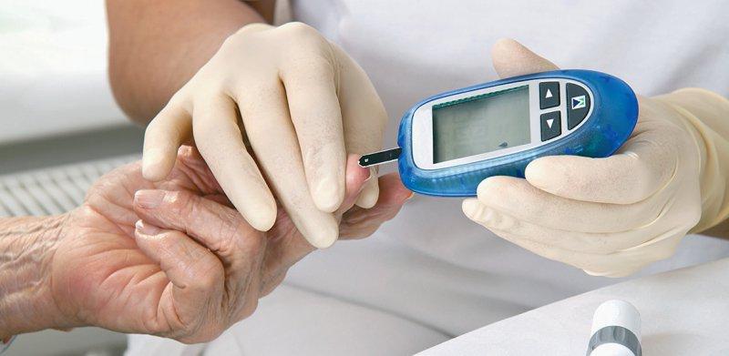 Empfohlen wird eine gute Blutzuckereinstellung und eine Überwachung von Anzeichen für eine Ketoazidose oder Laktatazidose sowie des Blutdrucks. Foto: Gina Sanders/stock.adobe.com