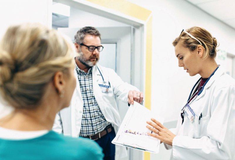 Die größte Zahl berufstätiger ausländischer Ärzte kommt aus Rumänien (4 433), Syrien (4 486), Griechenland (2 811), der Russischen Föderation (2 321) und Österreich (2 381). Foto: Jacob Lund/stock.adobe.com
