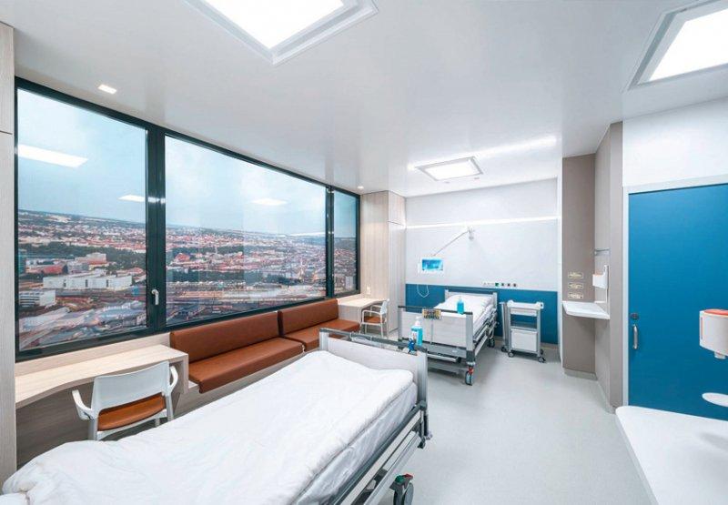 Das Konzept für die Zweibettzimmer umfasst Aspekte wie getrennte Bäder, leicht zu reinigende Materialien, Beleuchtung sowie die Position von Desinfektionsmittelspendern. Foto: Tom Bauer/IIKE TU Braunschweig