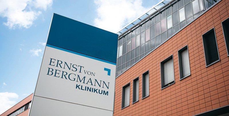 Das Klinikum Ernst von Bergmann überarbeitet derzeit die Abläufe und Zuordnungen im Haus. Foto: picture alliance/Fabian Sommer/dpa