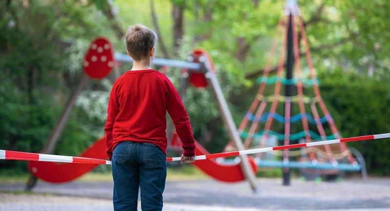 Während der Coronapandemie bleibt auch der Zugang zu Spielplätzen verwehrt. Foto: picture alliance/HMB Media/Heiko Becker