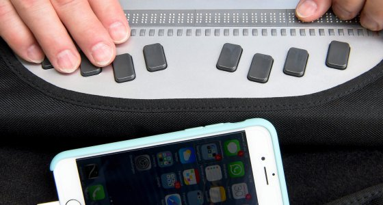Mit einer Braillezeile und einem Smartphone arbeitet ein Präsidiumsmitglied des Deutschen Blinden- und Sehbehindertenverbandes (DBSV). /picture alliance