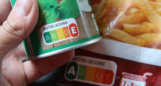 Der freiwillige Nutri-Score auf der Vorderseite der Packung von Fertiglebensmitteln soll die EU-weit verpflichtende Nährwerttabelle ergänzen. /picture alliance