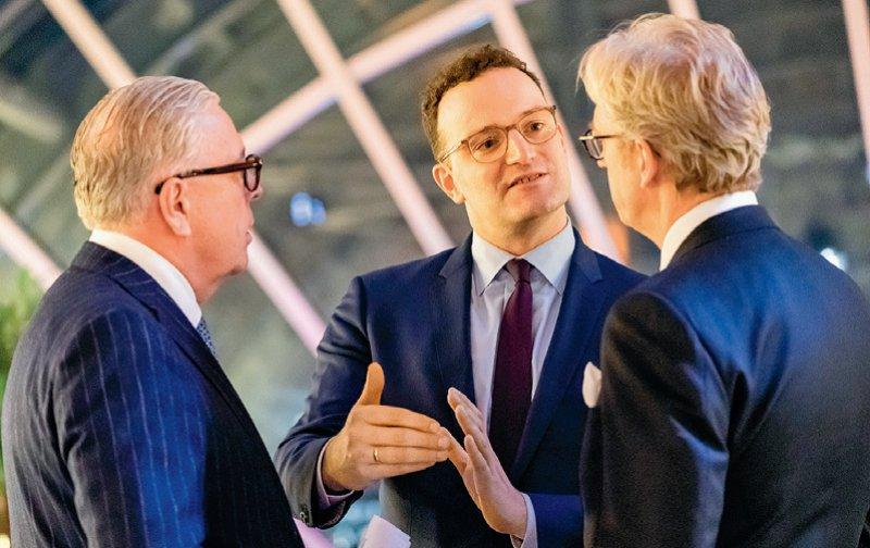 Konstruktiver Austausch: BÄK-Präsident Klaus Reinhardt (links) und KBVChef Anderas Gassen (rechts) mit Minister Jens Spahn. Foto: Georg J Lopata