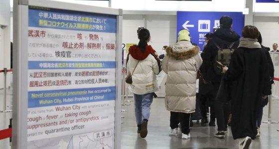 Diese Mitteilung wurde bei der Quarantäneinspektion über das neue Coronavirus am internationalen Flughafen Kansai in Osaka aufgehängt. Hier kommen Flüge aus Wuhan an. /picture alliance